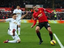 Manchester United muss mehrere Wochen auf Robin van Persie (r.) verzichten