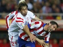 Sevilla Alejandro Arribas (l) nimmt Atléticos Raul Garcia in die Mangel