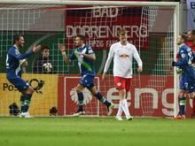 Die Wolfsburger Bas Dost und Daniel Caligiuri (hinten) bejubeln das 1:0 gegen Leipzig