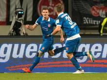 Heidenheims Mathias Wittek (l.) jubelt mit Florian Niederlechner
