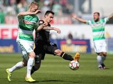 Kacper Przybylko (l.) von Greuther Fürth kann sich nicht gegen Unions Roberto Puncec durchsetzen