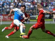 Darmstadts Marcel Heller (l.) und der Heidenheimer Andeas Voglsammer kämpfen um den Ball
