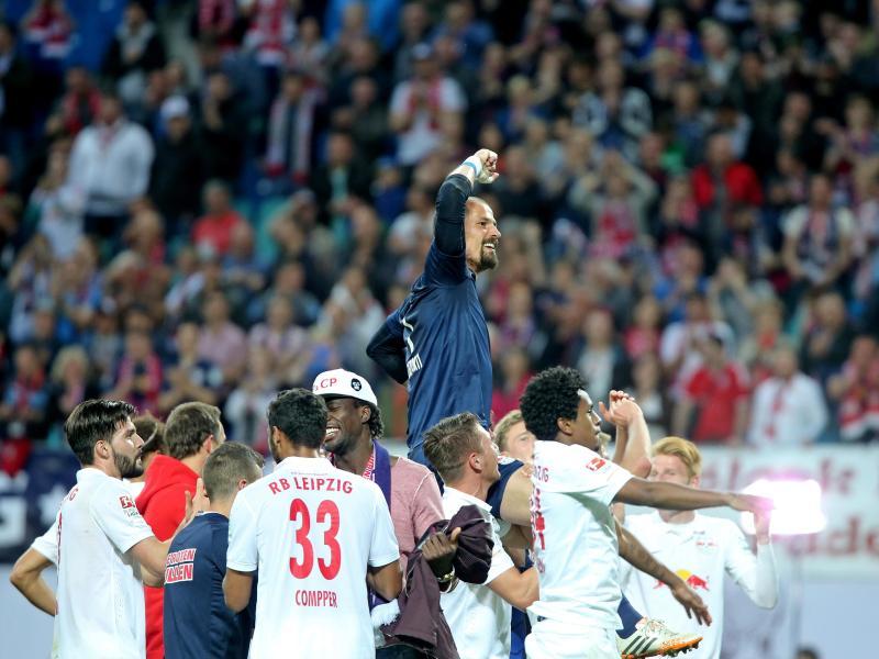 Die Leipziger Spieler trugen ihren Torwart Fabio Coltorti (M.) nach dem Sieg auf Händen