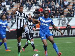 In het seizoen 2013/2014 is Danny Hoesen (l.) verhuurd aan PAOK Saloniki. Hier gaat hij een duel aan met Gabriel Zakuani (r.) van AEL Kalloni. (30-3-2014)