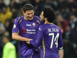 Mario Gómez (l.) gratuliert Mohamed Salah zum Führungstreffer