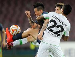 Auch mit vereinten Wolfsburger Kräften ist Marek Hamšík (l.) kaum aufzuhalten