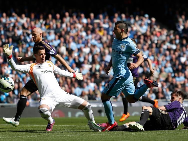 West-Ham-Keeper Adrián verhindert gegen ManCity-Angreifer Kun Agüero den Einschlag