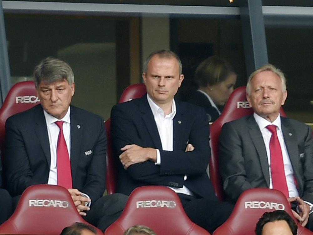 Schneider (Mitte) wird sein Amt wohl niederlegen