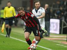 Oczipka (l.) unterschreibt in Frankfurt neuen Vertrag bis 2019